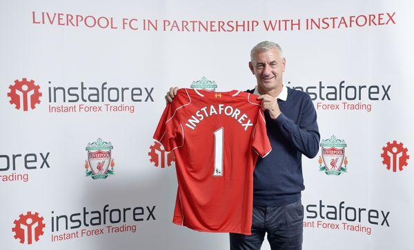 Живая легенда Ливерпуля Ян Раш держит в руках футболку ИнстаФорекс