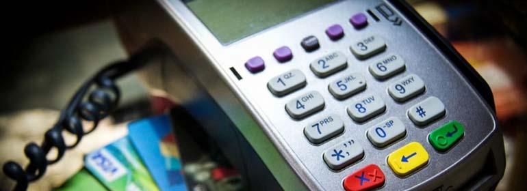 Эквайринг – стандартная банковская услуга для коммерческих организаций, которая позволяет им принимать денежные средства из различных источников по безналичному расчету. Эта опция от финансовых организаций давно и успешно работает во всем мире.
