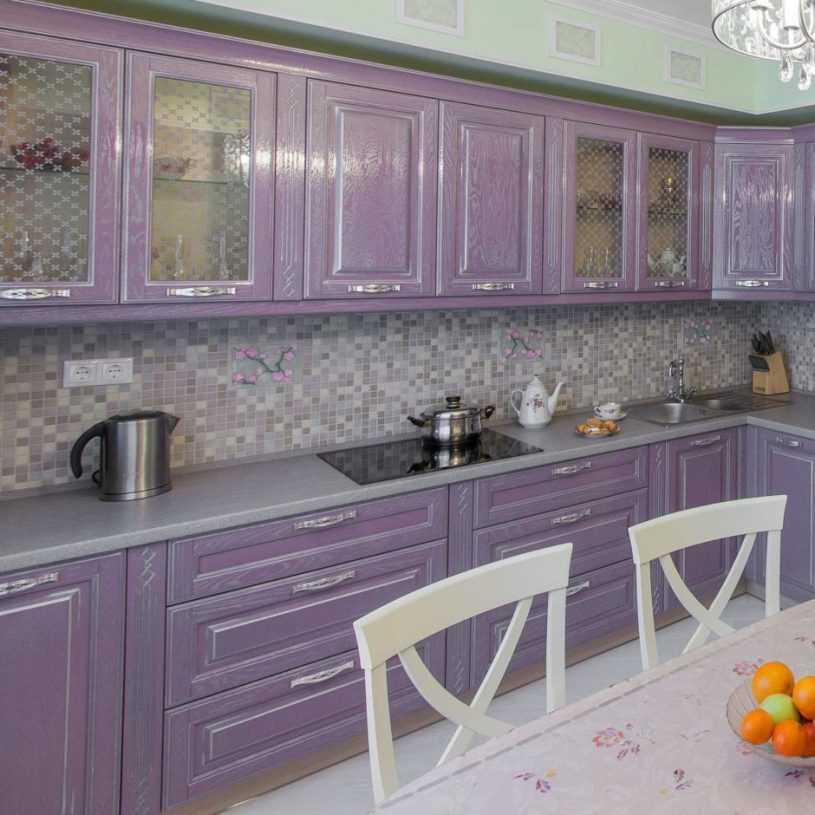 Рекомендации от дизайнеров по выбору кухонного гарнитура. Фото красивого сочетания по цвету и стилю, нестандартные решения, выбор материала.